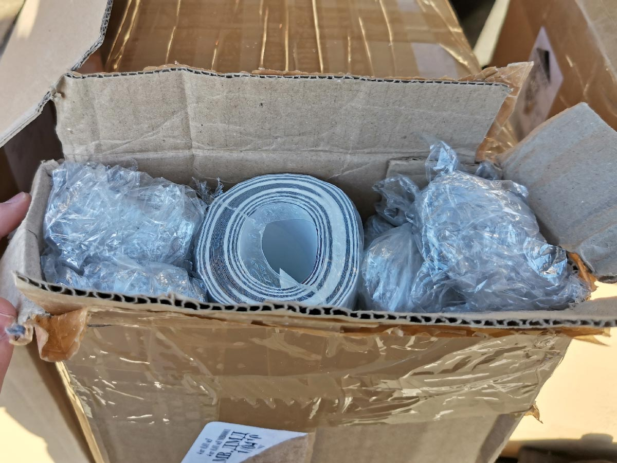 аккуратно упакованный рулон обоев