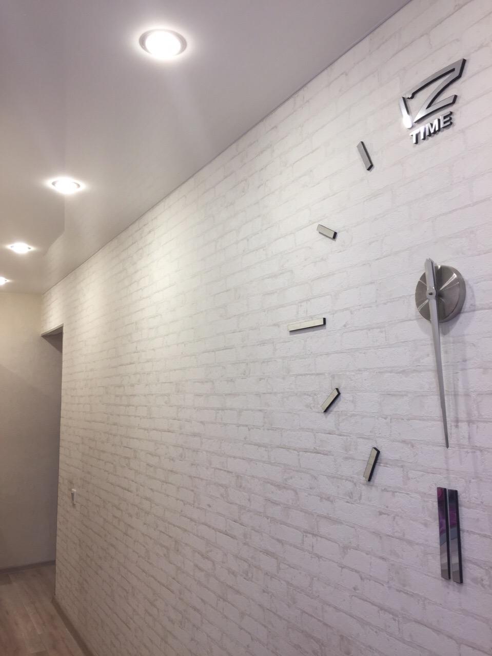 Светлые обои под кирпич в коридоре