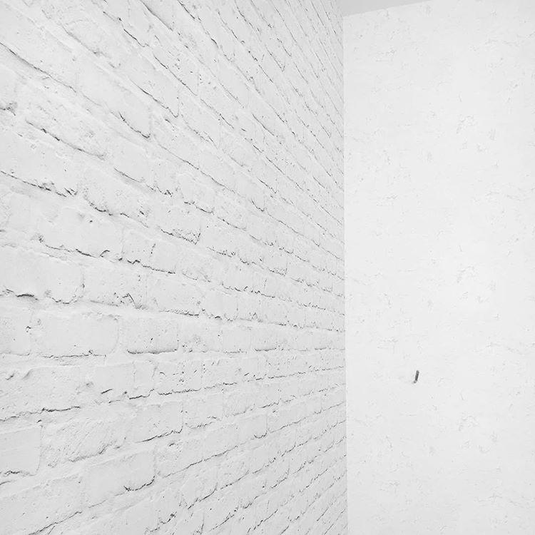 Стена с имитацией белых обоев под кирпич