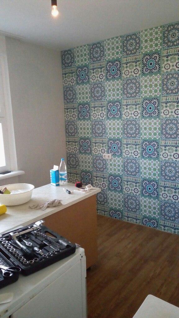 Обои синей геометрией на кухне