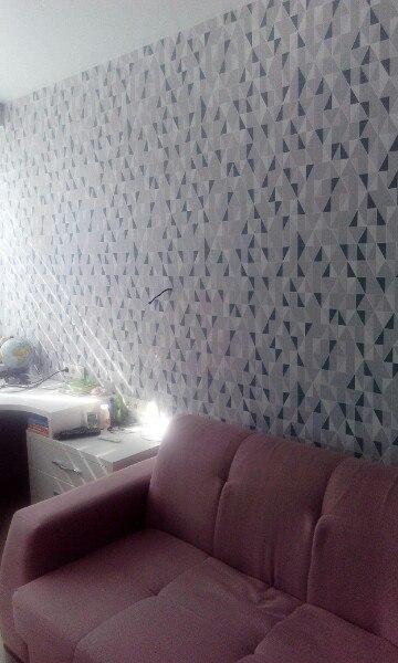 Обои с синей геометрией в комнате