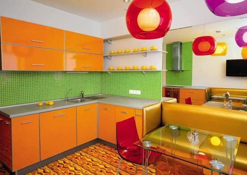 Оранжевая кухня и зеленый фартук