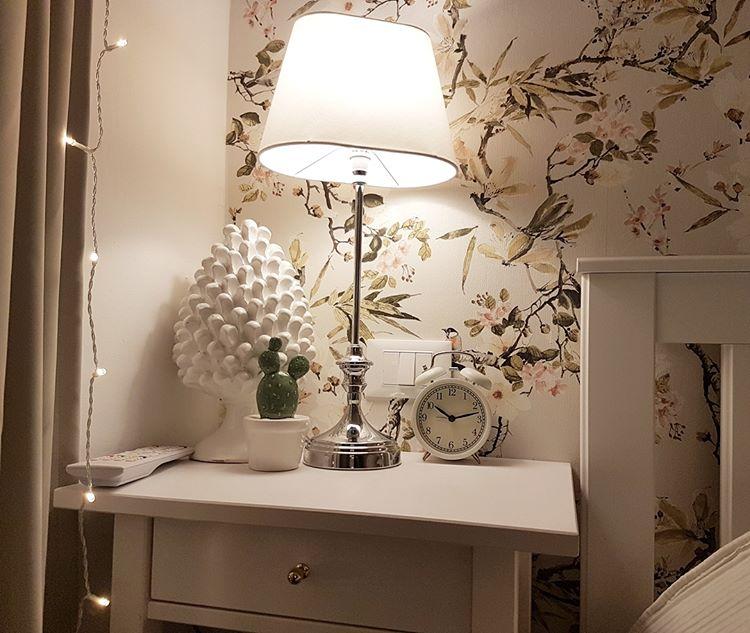 Обои с цветущим деревом в спальне Michalsky Dream Again