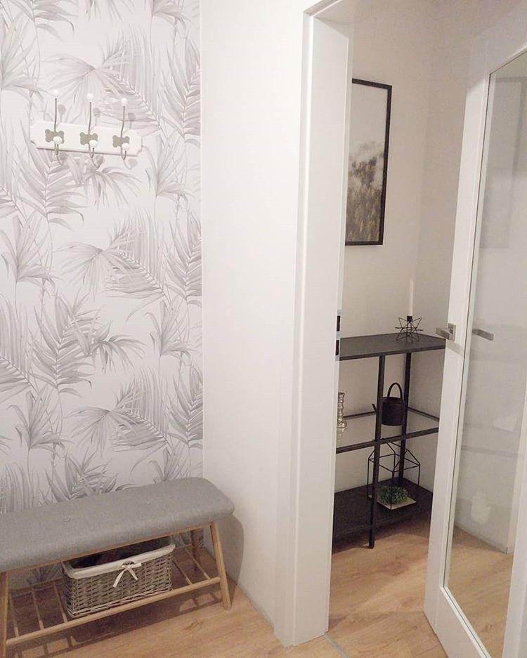 Белые обои с серым рисунком и белая дверь