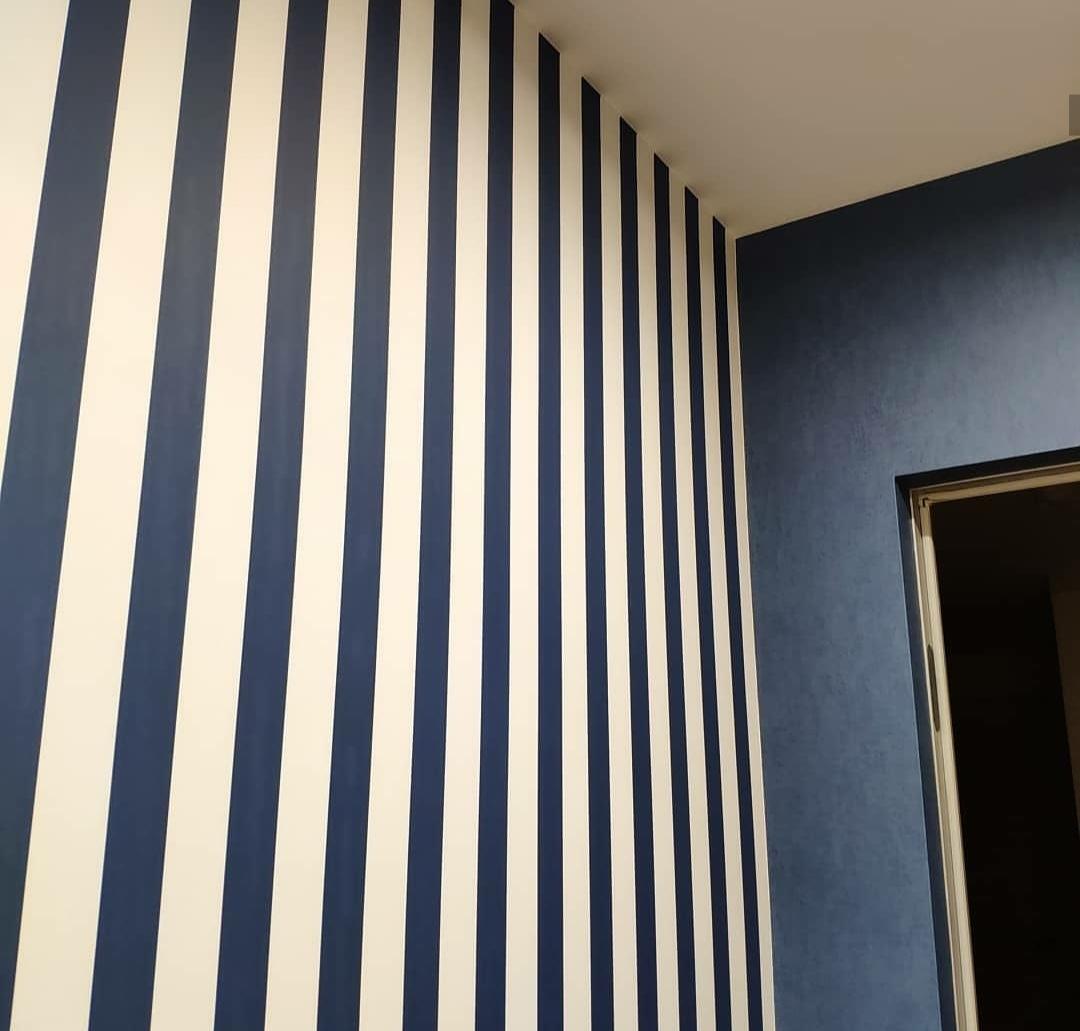 Полосатые синие обои в интерьере